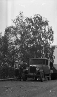 Ekteparet Anna (fødd Sekse) og Tomas L. Kvalnes med Børvebilen