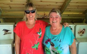 Anne-Marie Olsen Korhonen er fuglefotograf og Laila F. Sandstå, som laga ei kjempegod molteblautkake til festen, hadde begge kledd seg i tråd med postkassane. Foto:Kjell Sandstå.