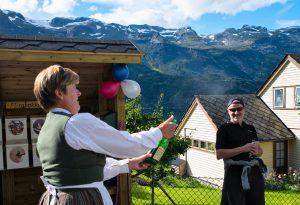Liv Turid HJeltnes hadde pynta seg for dagen og opna med ein champagnesmell.