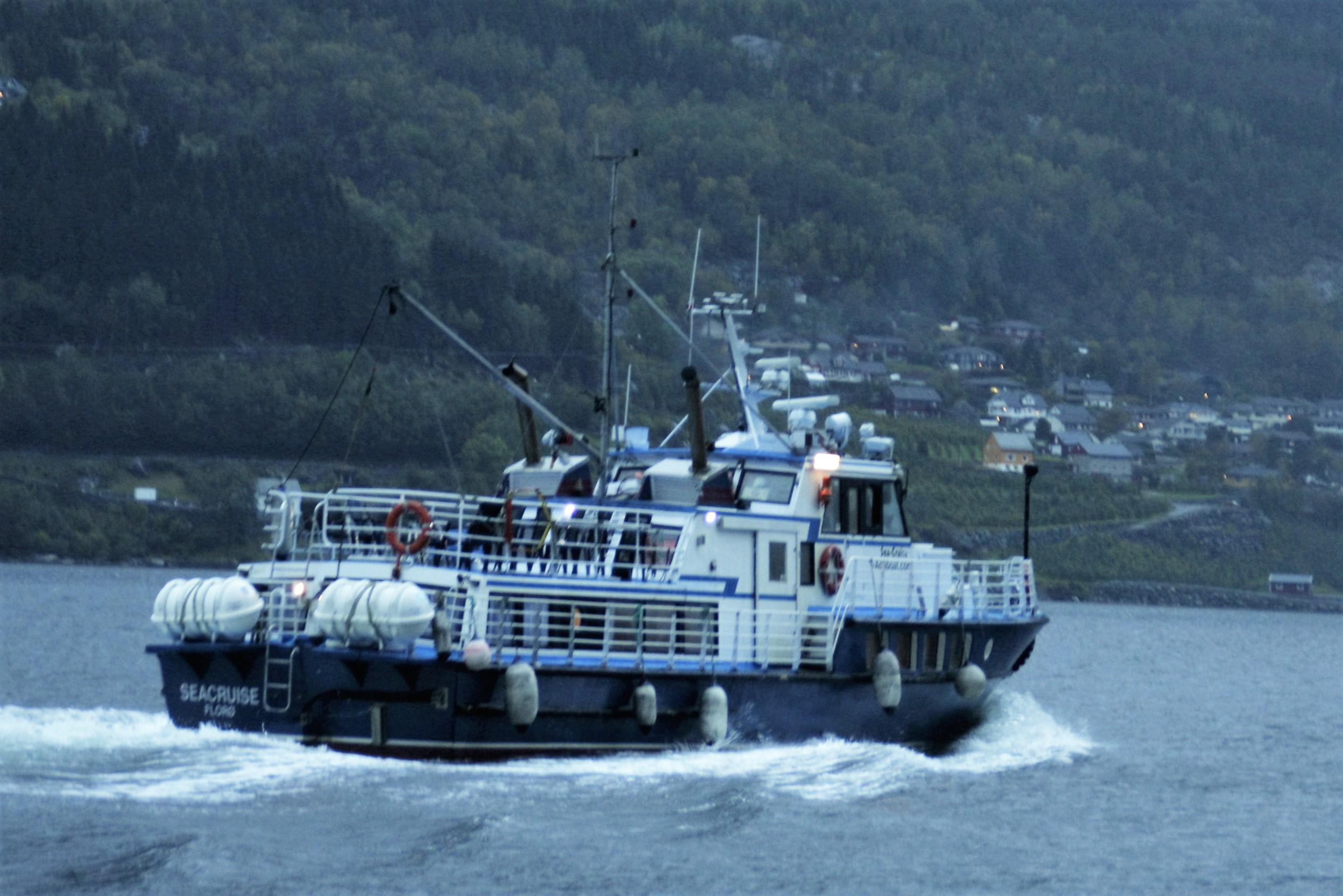 Foreldre ynskjer båtskyss mellom Lofthus og Børve.