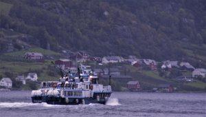 Båten med den dyrebarelasta på trygg veg mot Lofthus. Aga i bakgrunnen.