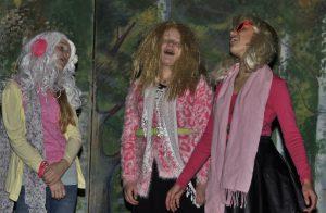 Anja Hesjedal, Elina Eide og Hedda Gjerde Tyssebotn var som dei andre, heilt frie for sceneskrekk.