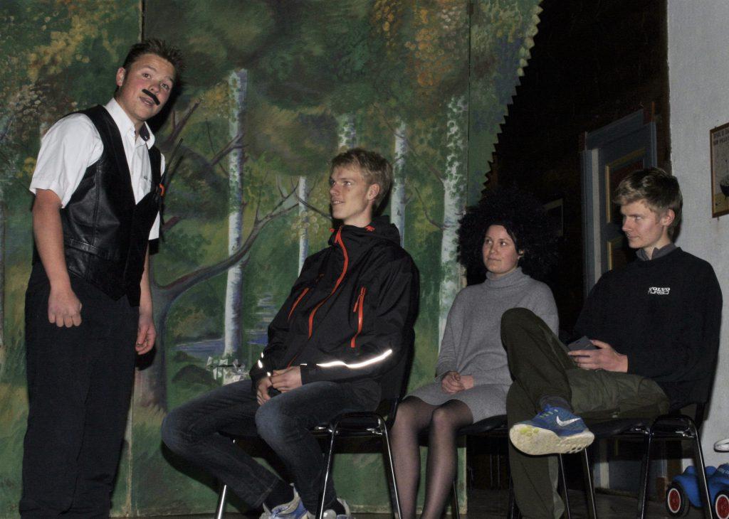 """Magne Eimind Kvalnes, alias """"Kjell Kjellen Bigset """" på båten mellom Børve og Lofthus. Passasjerar er Trond Ivar Steine Børve, Oda Kristin Tjoflot og Torgeir Røynstrand."""