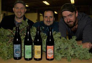Klar for produksjon. Johannes Solheim f.v., Magnus Steigedal, Petter Sexe Ulriksen og Karl Magnus Andersen (ikkje til stades) står bak den nye, lokale ølproduksjonen.