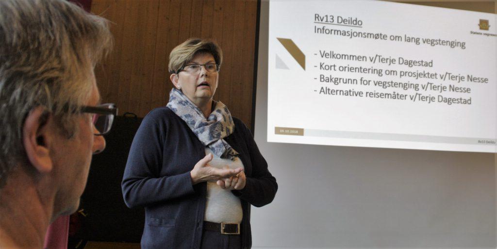 TOK KTITIKK. Ordførar Solfrid Borge tok kritikk for dårleg informasjon og lova betring. Til venstre prosjektleiar Terje Dagestad.