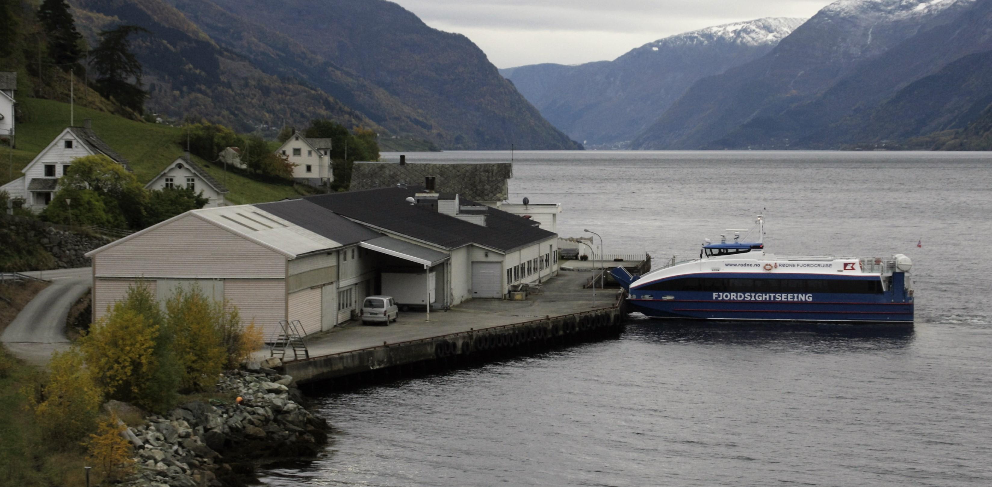 Båten til Rødne Fjordcruise prøvekøyrde strekkja sundag kveld. Her ved kai på Børve, som i tre veker vert parkerinsplass og snuplass for bussane.