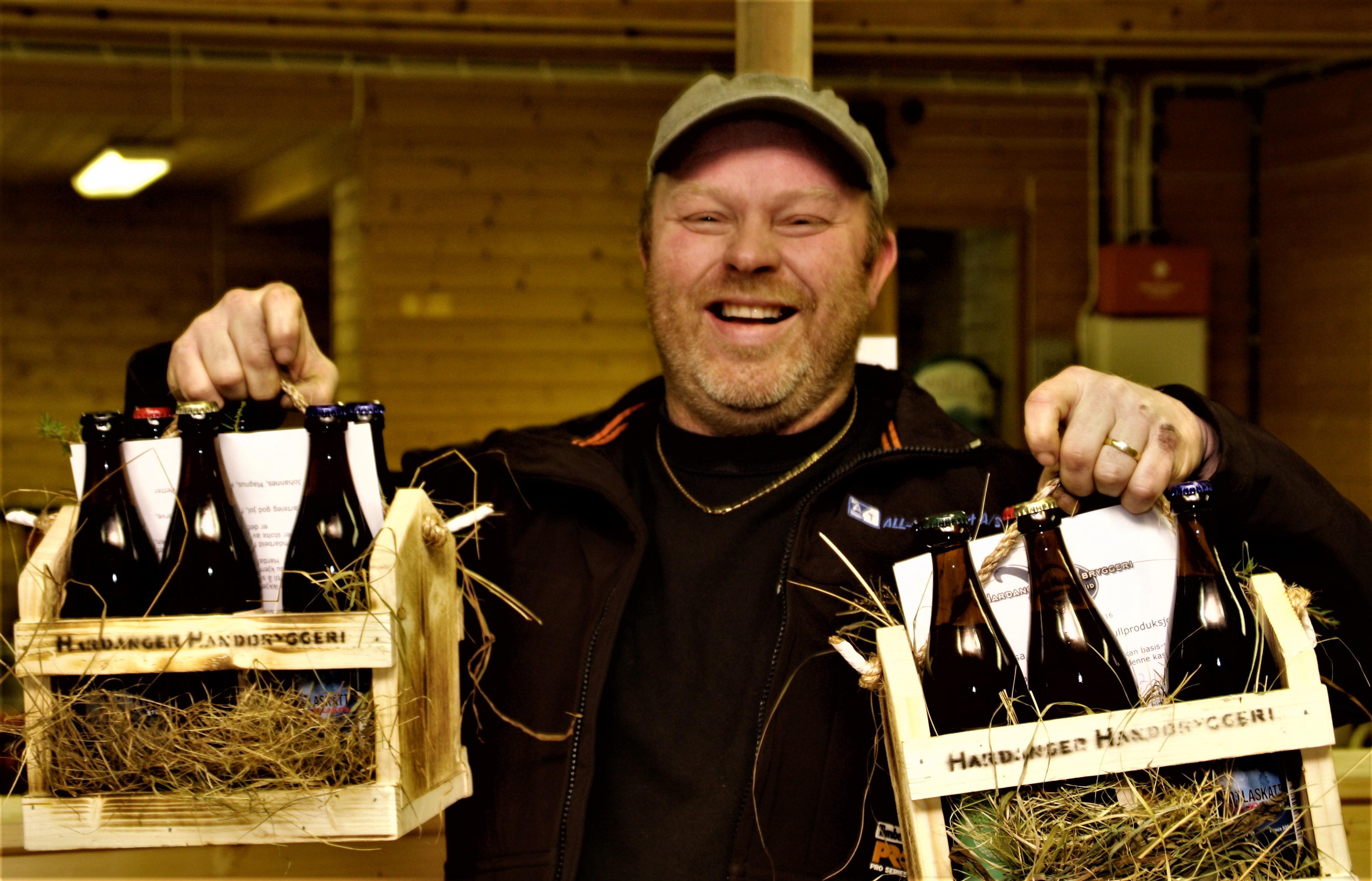 Stig Atle Meland var fyrste kunde og sikra seg nokre eksemplar av samlekassen med ulike øltypar.