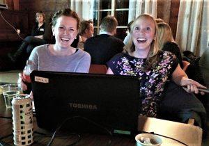 Kristin Holsen Børve og Bjørg Opedal Hove hadde laga quizen i fjor. Foto: Jorunn Sekse.