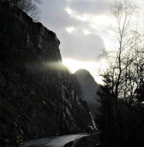 Når vegen opnar rundt 1. april, etter fem vekers full stengjing, skal denne 35 meter høge fjellknausen vera senka til veghøgd. Børvehovden i bakgrunnen, litt innom andre enden av anleggsområdet.