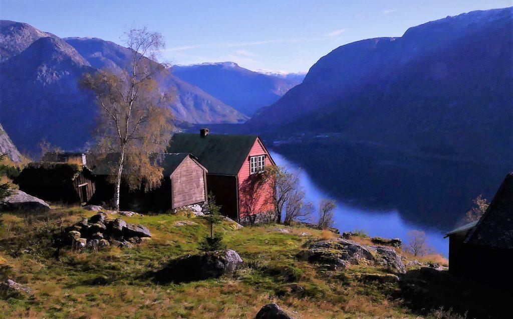 Fjellgarden Skår med Eidfjord i bakgrunnen.