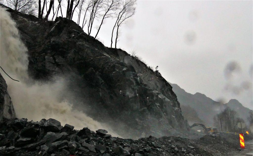 Til alt helle fløymde Frøynesbekken over så tidleg at ein no tek høgde for flaum. Det hadde vore mykje verre om ein hadde oppdaga dette etter at snora er klippt.