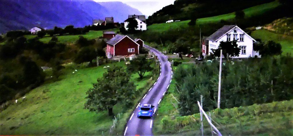 Drosjen til Evald Jåstad på veg over ØvsaSekse. Filmen er god reklame både for bilen og området her me bur. Foto: Falkeblikk AS/Ford of Europe.